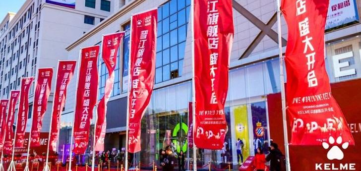 El fabricante ilicitano de artículos deportivos se ha lanzado a la conquista del mercado asiático con un establecimiento propio en Jinjiang y una mayor ofensiva internacional de la mano de su nuevo accionista.