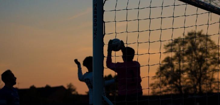 El joven que aún consume deporte: practicante, gratis y de fútbol y básquet