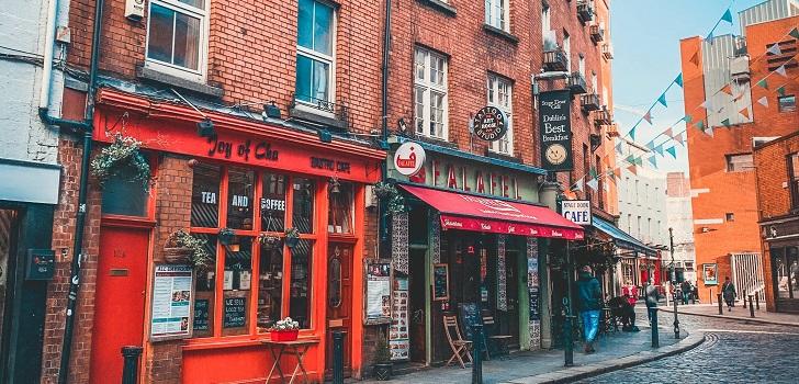 Irlanda vuelve a cerrar: suspende las actividades no esenciales durante un mes