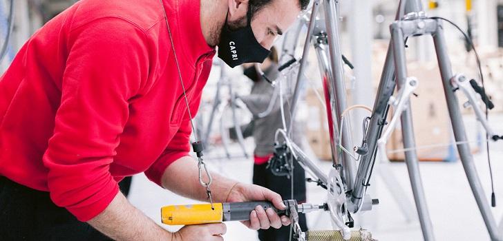 """Capri Bikes acelera. La marca de bicicletas Capri, con sede en Gijón (Asturias), estima que su negocio crecerá un 25% en 2021, con alrededor de 5.000 bicicletas vendidas. En el año de la pandemia, la marca vendió 4.000 bicicletas, cerca del doble del año anterior, a causa del aumento de la demanda de bicicletas derivadas de la pandemia. Para el año que viene, la marca espera aumentar sus ventas más de un 20%. Fundada por Andrés Maldonado y Margarita de Mir hace once años como tienda online, la empresa empezó a distribuir bicicletas eléctricas en 2019, cinco años después de haber creado la marca Capri. """"Empezamos con una tienda online de venta de bicicleta al público; vendiendo bicicletas de movilidad, funcionales, urbanas y atemporales y hemos ido consolidando el negocio"""", explica Maldonado a Palco23, quien recuerda que ahora la empresa tiene dos negocios, la venta de bicicletas de otras marcas y la venta de las Capri.   """"En tres años queremos multiplicar por cinco la cantidad de bicicletas eléctricas que vendemos, aunque ahora tenemos la limitación de la compra de componentes; no los conseguimos todos, pero estamos cumpliendo ya que trabajamos con productores europeos y tenemos mejores suministros que la competencia"""", asegura el directivo. """"Tenemos un plan de crecimiento muy fuerte"""", sostiene.   Capri Bikes abrirá un 'service point' en Estados Unidos próximamente   El año pasado, coincidiendo con la pandemia, la marca lanzó los modelos Azur y Metz, financiados con un crowdfunding. Estos dos modelos sirvieron a la compañía para proseguir con sus planes de expansión y tuvo demanda de sus bicicletas en Estados Unidos, Canadá, Latinoamérica, Nueva Zelanda, Australia y Japón, además de en Europa. En esta línea, la empresa está focalizada en expandirse en Alemania, Francia y Portugal, donde tiene tiendas asociadas. El 40% de las ventas de las bicicletas eléctricas se produce en Alemania, mientras que un 30% en Francia, un 20% en España y un 10% en Portugal. En cambio, el"""